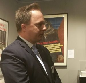 Magyarország New York-i főkonzulja, Dr Kumin Ferenc Nagykövet hazánk nevében üdvözölte a bronxi középiskola kezdeményezését a Holokauszt Múzeumot és oktatási központot. Beszédében egy mini történelemórát tartott a jelenlévő diákok, tanárok és az érdeklődő közönség számára.