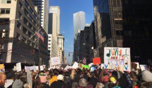 Amíg a január 20-i pénteki nap Donald J. Trump, a 45. amerikai elnök beiktatásáról szólt az Egyesült Államokban, addig a szombati nap országszerte a tiltakozás napja volt. Elsősorban a nők tiltakoztak.