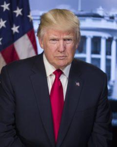A szerkesztő nemcsak eseményekről szóló beszámolókat, de időnként háttér-magyarázatot, esetleg elemzést, vagy személyes véleményt kér a külföldi tudósítótól. Az alábbiakban egy ilyen következik, amit mint New York-i tudósító küldtem Magyarországra. A témaaz USA 45. Elnöke bel-, és külpolitikája, két olyan ügy kapcsán, amely a mai amerikai közbeszédet uralja. Ez másutt is a közbeszéd tárgya, nemcsak Amerikában.