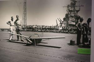 A kiállítás látogatói egy tablón megtekinthették - a kiállításnak helyt adó, ma már múzeumként használt - Intrepid repülőgép-anyahajón készült felvételt, amely egy katonai drónt mutat be használat közben.