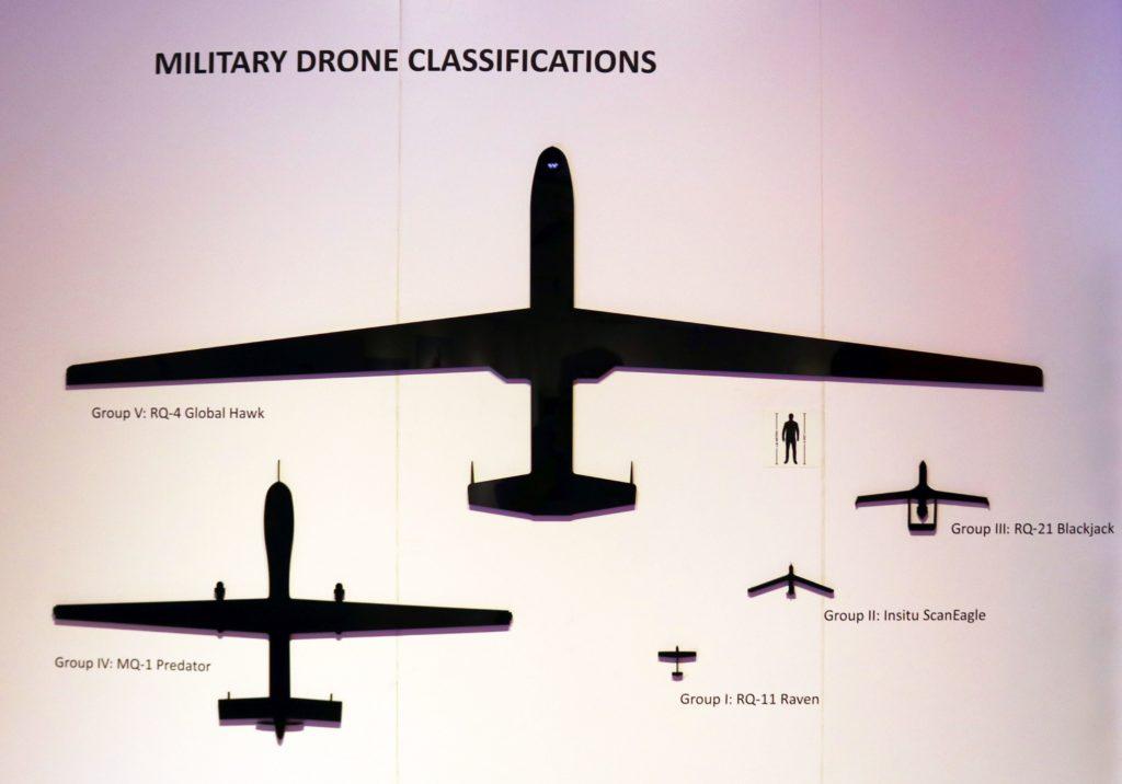 Egy másik kiállítási tablón a látogatók összehasonlíthatják egy ember méretét a katonai felhasználású pilóta nélküli repülőgépek méretével.