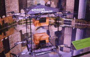 A kiállításon bemutatták a drón postás prototípusát, amit az Amazon online megrendelt csomagküldeményeinek kiszállítására fejlesztettek ki.