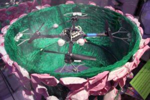 A képeinken a Cirque du Soleil repülő lámpateste.