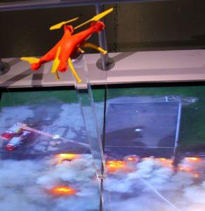 A tudósító számára a leghasznosabbnak tűnő felhasználást a tűzoltóság mutatta be. A tűzoltók drónokkal keresik meg a tűzfészkeket, olyan helyszíneken, amelyek esetében például a lángoló háztetők nehezen, vagy sehogy sem megközelíthetők.