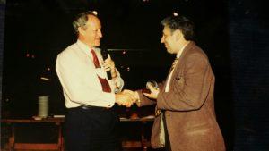 Colin Church az IPRA elnöke átadja az IPRA elismerését. 1996 május
