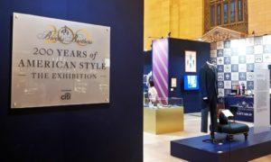 """A New York-i tudósító az utcán jártában keltében rendkívül érdekes dolgokba tud ütközni. A mai napon dolgom volt a New York-i központi pályaudvar közelében. Ily módon """"beleütköztem"""" egy, a pályaudvaron rendezett kiállításba. A Brooks Brothers – egy méltán híres amerikai divatkereskedés – abból az alkalomból rendezett egy kiállítást a pályaudvar egyik csarnokában, hogy most ünnepli a cég alapításának 200. évfordulóját. Megnéztem a kiállítást."""
