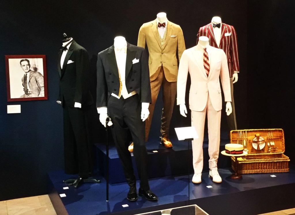 A kiállítás bemutatja a cég ügyfélkörének kiemelkedő személyiségei, így politikusok és művészek számára készült öltözékeket.