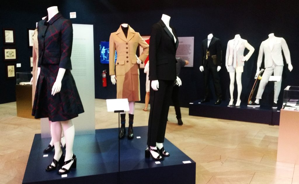 A nézelődők érdekes képet kaphatnak a férfi és a női divat elmúlt kétszáz évének történetéről.