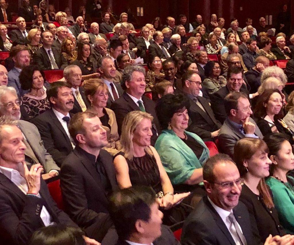 A színházteremben, a nézők soraiban ott volt Áder János Köztársasági elnök és felesége, Fekete Péter államtitkár, Schőberl Márton helyettes államtitkár Ókovács Szilveszternek, az Operaház főigazgatójának társaságában. Áder János mellett foglalt helyet az Operaház amerikai vendégszereplésének védnöke, a világhírű énekes, Placido Domingo.