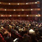 A Magyar Állami Operaház New York-i vendégszereplését a Bánk Bán előadása nyitotta meg a New York-i Lincoln Centerben a David H. Koch Theater-ben. Ez a színház a New York-i Lincoln Centerben közvetlenül a Metropolitan Operaház mellett található, s nevezetessége, hogy míg korábban New York-i Operaház otthona volt, addig mára a balettművészet fellegvárává vált.