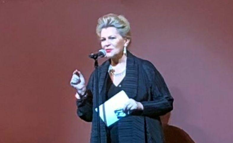 Bogyay Katalin az előadás megkezdése előtt, a színpadon elmondott rendkívül nagy hatású beszédében nemcsak a megjelenteket üdvözölte, de megemlékezett 1956-ról is. Kiemelte, hogy a magyar történelem mindenkori sorskérdései, kiemelten a függetlenség iránti vágy és a hazaszeretet az 1956-os forradalom eseményeit ugyanúgy meghatározta, mint a Bánk Bán 13. századi történetét.