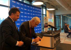 """""""A kiemelt vendég szerepe számunkra azt is eredményezte, hogy Magyarország és a magyar üzletemberek kiemelt szerephez jutnak New Jersey államban. A konferencia kezdő eseménye volt hogy az Amerikai Magyar Kereskedelmi Kamara NY nevében a New Jersey Kereskedelmi Ipari Szövetségével elnökével nyilvánosan a konferencia közönsége elött aláírtunk egy egyetértési megállapodást. Ennek az a lényege, hogy a két szervezet - hidat képezve a két ország között - segítse a két ország üzletembereit, hogy egymásra találjanak és jó üzletek kötődjenek, ezáltal fejlődjenek a két ország közötti üzleti kapcsolatok."""" -"""